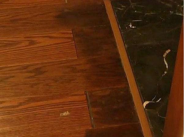 卫生间门口的木地板发黑怎么办?