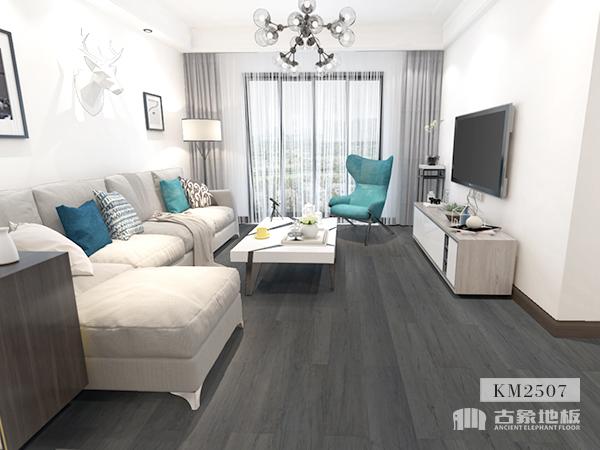 大白墙+深色地板
