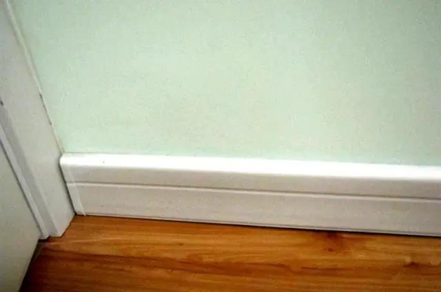 踢脚线与墙角的距离缝隙