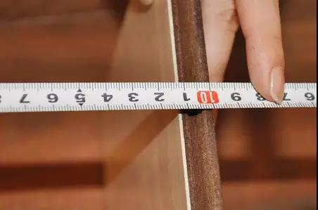 强化地板的厚度测量中